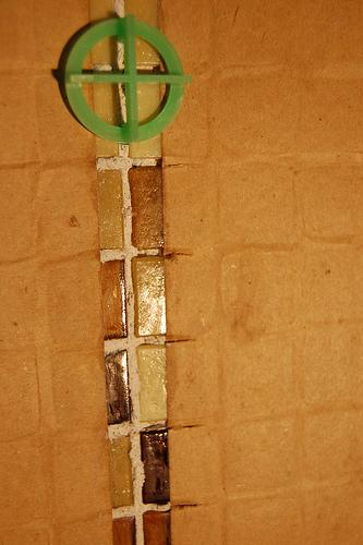 Как класть плитку на стену