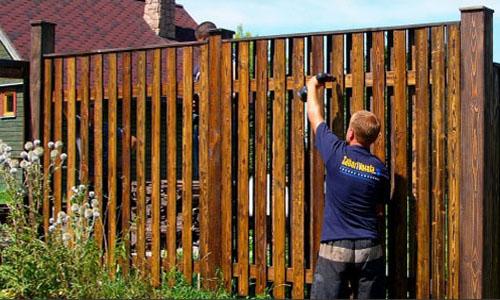 Забор из деревянного штакетника — самое популярное ограждение
