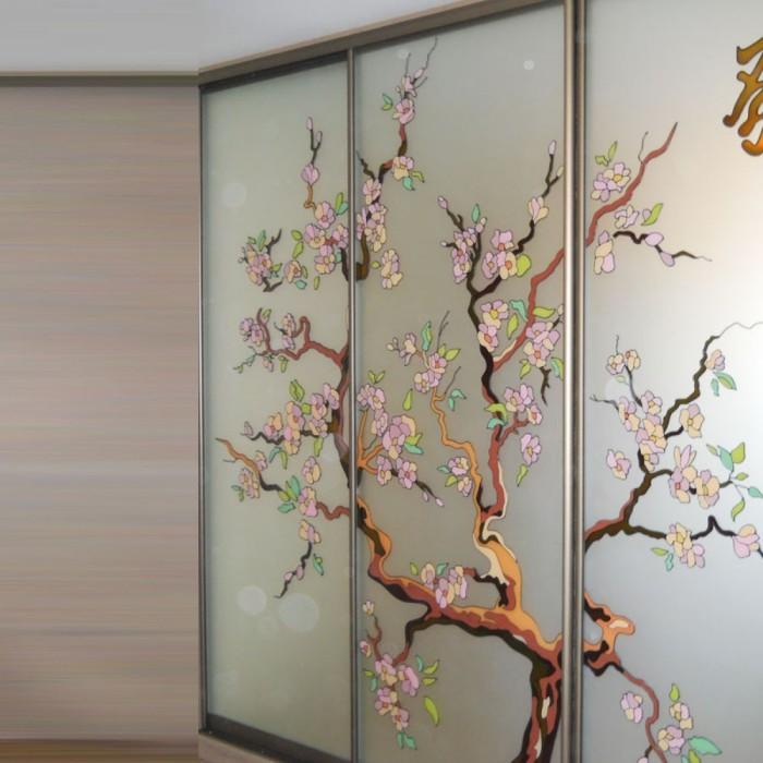 Красочный художественный витраж: цветы из стекла оживят интерьер